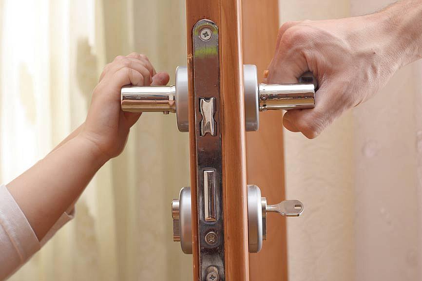 что делать если захлопнулась дверь в квартиру
